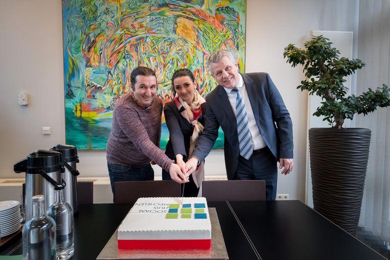 Hrayr Tsugunyan, Laura Grigoryan en Koen Anciaux snijden de taart aan.