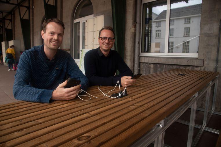 Leerkracht Aendrik De Brant en Tom Vanneste van Atom Solar.