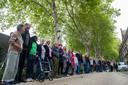 Actievoerende bewoners van de Boschveldweg, met de bomen op de achtergrond