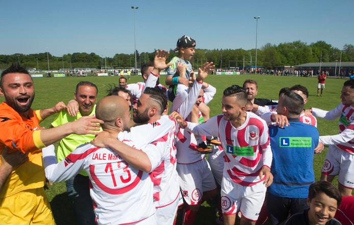 FC Jeugd viert een eerder behaalde kampioenschap. Archieffoto.
