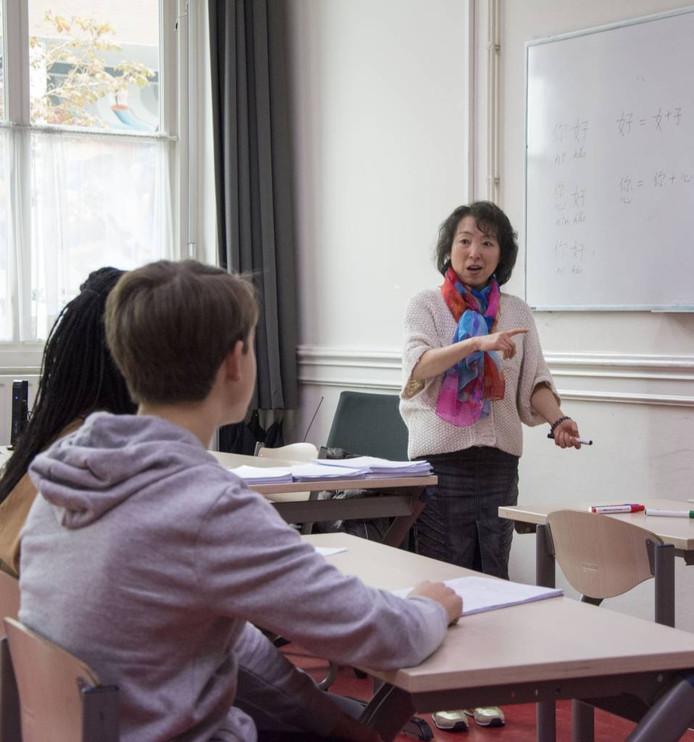 Yannick Karla en Faith Perek bij de Chinese les van Ren Yan. foto Jeroen Hendriks/fotomeulenhof