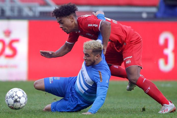 Twente-speler Godfried Roemeratoe begaat een overtreding op Mustafa Saymak. De kleine middenvelder van PEC Zwolle werd in Enschede 5 keer onreglementair afgestopt: een persoonlijk record in 140 eredivisieduels.