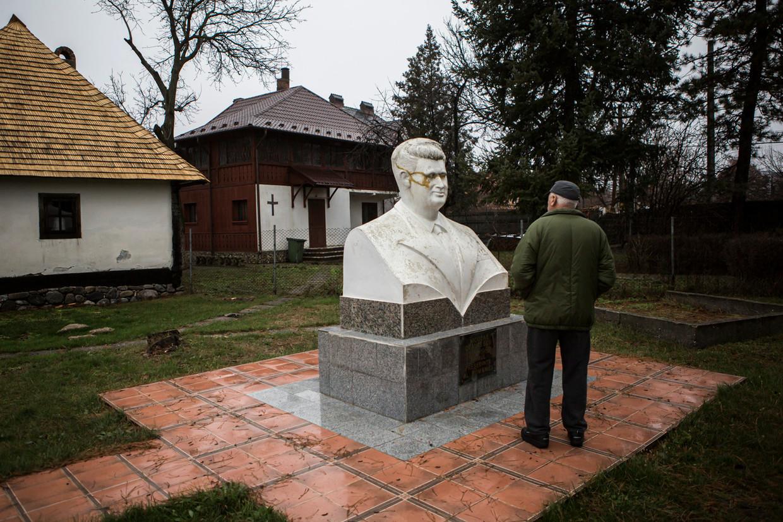 Standbeeld van Nicolae Ceausescu in Scornicesti. Beeld Julius Schrank / de Volkskrant