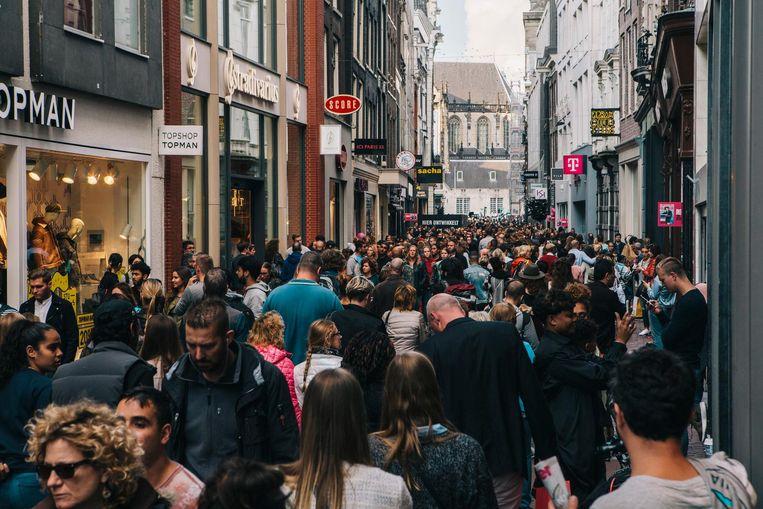 Vooral in het weekend is de Kalverstraat razend druk. Beeld Marcel Wogram / de Volkskrant