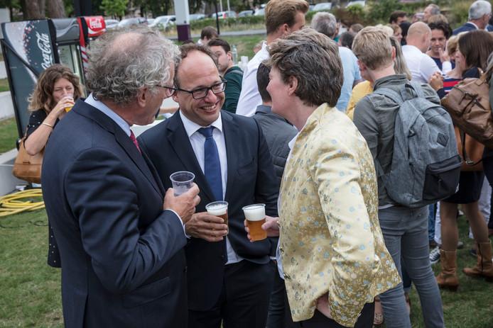 Minister Wouter Koolhaas (midden) is in gesprek met Nienke Meijer en Thom de Graaf bij de opening van het studiejaar van Fontys in Eindhoven.