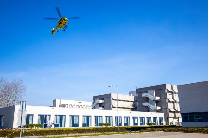 Het piept en het kraakt bij de regionale ziekenhuizen, maar voor nu hoeven ze de meest dringende operaties nog niet af te zeggen.