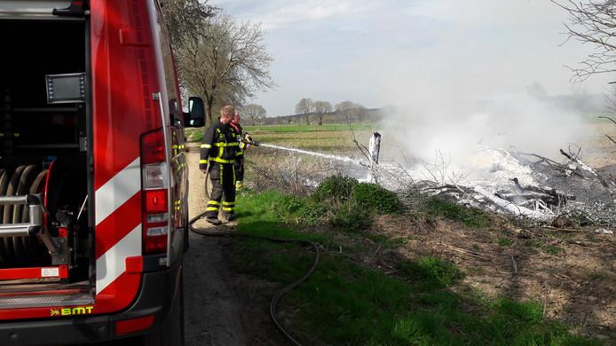 De brandweer heeft vrijdagmiddag in een wei langs de Cuijksesteeg in Mook een brand in een stapel snoeihout geblust.