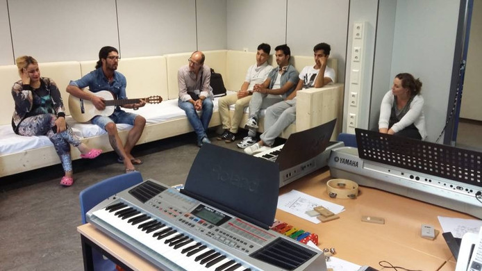Mahan Hosseini zingt een lied in de nieuwe muziekruimte van De Kruisberg.