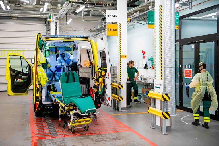 Een ambulance wordt schoongemaakt en gedesinfecteerd. Beeld AFP