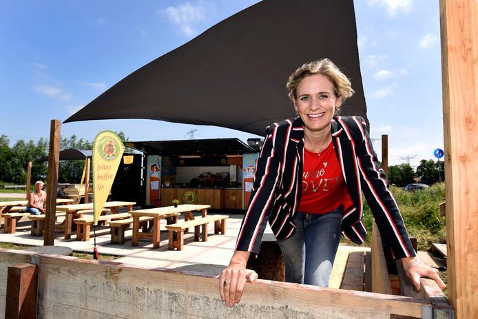 Marijn van Amstel-Okkerman bij de foodcontainer.