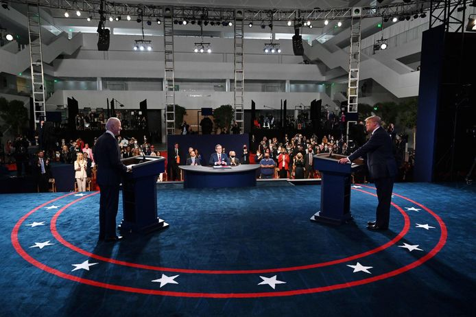 President Donald Trump (rechts) en Joe Biden aan het begin van hun debat in de  Case Western Reserve University in Cleveland, Ohio.