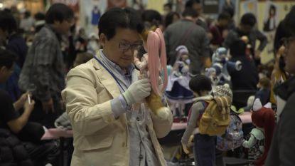 VIDEO. Volwassen mannen spelen met poppen