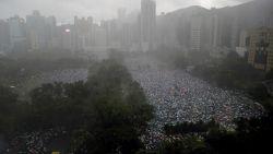 Zee van paraplu's bij nieuw massaprotest in gietende regen in Hongkong