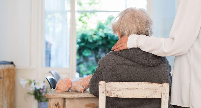 Een familielid legt haar hand op de schouder van een oude dame. Het aantal mensen met dementie neemt de komende tien jaar in de Vallei toe met maar liefst 50 procent.
