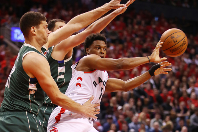 Kyle Lowry (r) is met Toronto Raptors nog in de race.