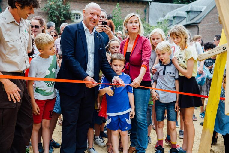 Burgemeester Bonte knipt het lintje door samen met schepen Vaes en enkele kinderen.