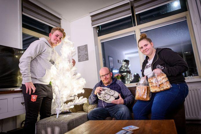 Kerstspullen, schoenen, brood. Het gezin Van Delden uit 'Steenrijk, straatarm' is heel dankbaar voor de spullen die ze kregen.