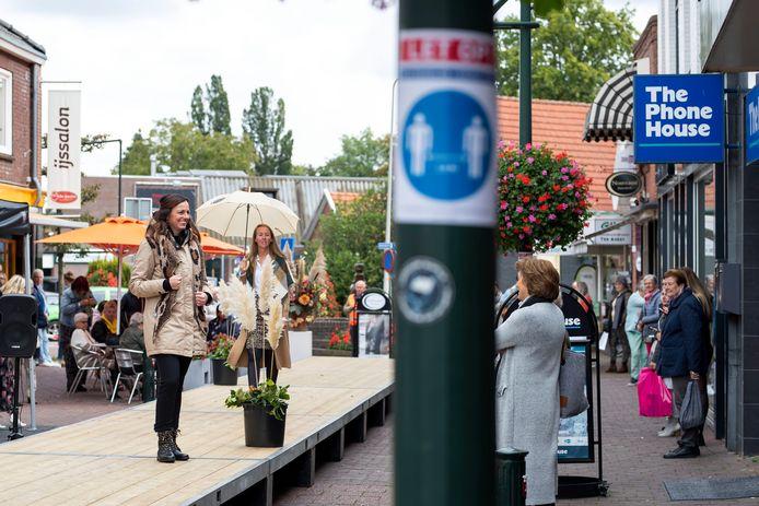 Modezaken aan de Blankenburgerstraat tonen hun najaarscollectie op een catwalk buiten. Met stickers en afzetlint worden bezoekers en mannequins op de 1,5 meterregel gewezen.