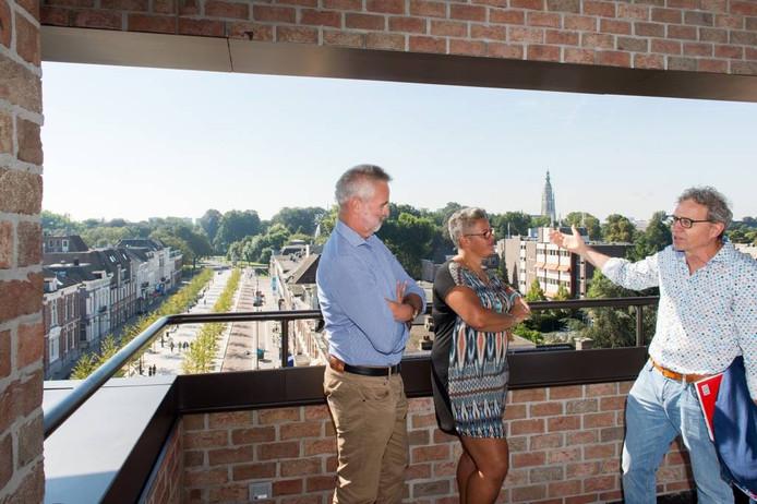Oud en nieuw samen op het station van Breda. Bert Veldhoen (links), de beheerder van het oude station en Jeannette Singewald, de huidige beheerster, luisteren naar de verhalen van Walter van de Calseyde die een boek over het station schreef. foto RENé SCHOTANUS/Pix4Profs