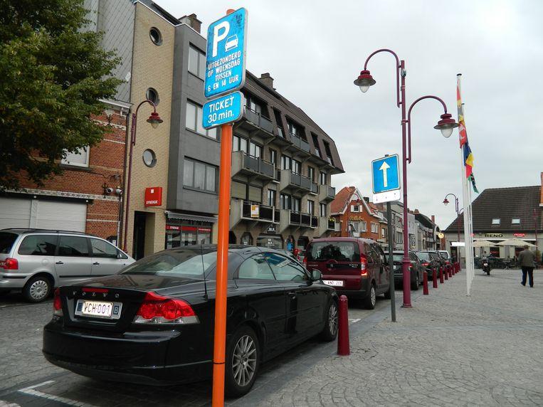 Alle wagens die zondag in de cirkel rond de Markt geparkeerd stonden, kregen een boete tussen de ruitenwisser.
