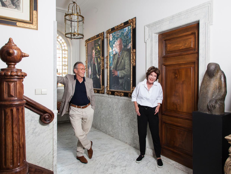 Janneke (70) en Elco (70) Brinkman – kunstschilder en politicus. Portretten door Iris van Dongen. Ze hangen in de hal.