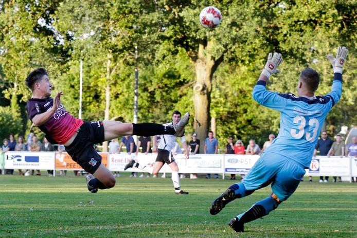 Ole Romeny met een spectaculaire actie in het oefenduel tegen Overasseltse Boys. De spits scoorde maandagavond voor de beloften tegen Jong Roda JC.