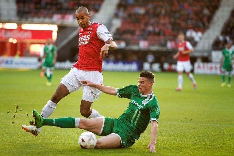 Hans Hateboer in actie voor FC Groningen in 2014, in duel met toenmalig AZ-speler Simon Poulsen. Beeld null