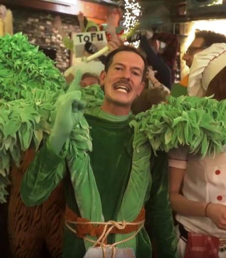 NAC-fans aan de haal met vega-carnavalshit Bredase biologiedocent Peter Selie: 'Echt legend!'