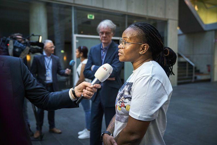 Gedupeerde ouders na afloop van een gesprek van minister Wopke Hoekstra (Financiën) over de toeslagenaffaire in januari. Beeld ANP