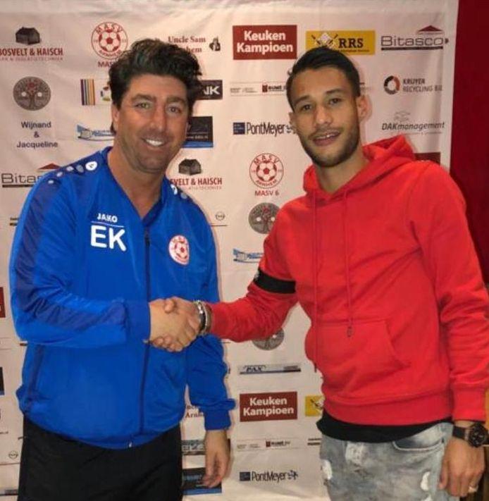 Eef Kasteel van voetbalclub MASV uit Arnhem verwelkomt aanwinst Benjamin Ahuluheluw van Spero uit Elst.