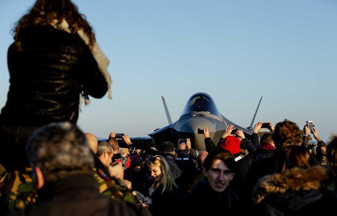 Vorige week kwam de eerste Nederlandse F-35, ook wel bekend als de Joint Strike Fighter, aan op de vliegbasis Leeuwarden. Ze vervangen op termijn alle verouderde F-16's.