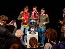 Daar is 'ie weer! Feyenoordsupporters op de kiek met de cup tijdens het Filmfestival