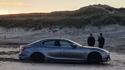Toeristen rijden gehuurde Maserati vast op strand in Zuid-Holland