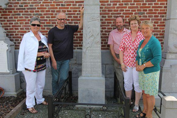 Bob Rakké (tweede van links) en de leden van de cultuurraad aan de gedenksteen van de soldaat.