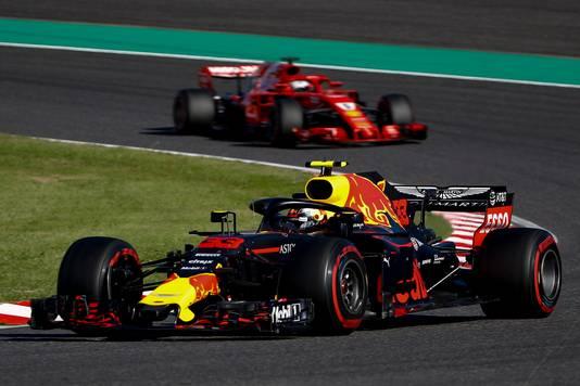 2018, Suzuka: Max Verstappen leidt voor Sebastian Vettel.