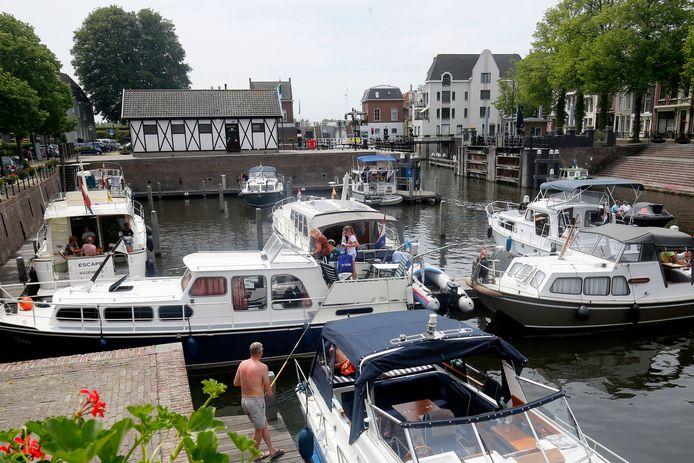 De Lingehaven is weer open: eigenaren van pleziervaartuigen maakten gelijk gebruik van de mogelijkheid om te overnachten.