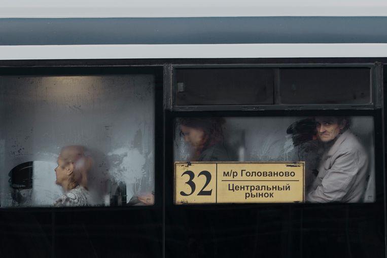 Forenzen vertrekken 's ochtends naar hun werk in het industriële gedeelte van de stad Perm in Rusland.  Beeld Emile Ducke