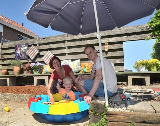"""Annelieke Postema en Joost Deurloo zijn blij dat ze een tuin hebben voor hun zoontje Jens. ,,Ik geniet als ik met mooi weer de barbecues ruik en kinderen in de zwembadjes hoor plonzen"""", zegt Annelieke."""