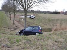 Auto's raken van de weg in Nieuw-Vossemeer, gewonde naar ziekenhuis
