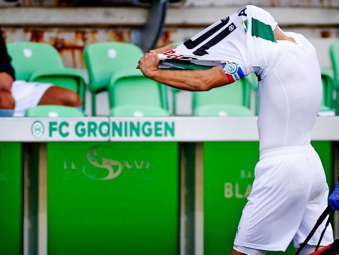 Arjen Robben gaat vol frustratie van het veld.
