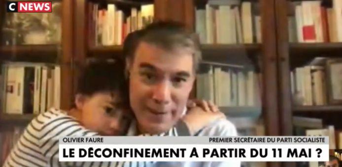 Olivier Faure, président du Parti socialiste français, interrompu par son fils