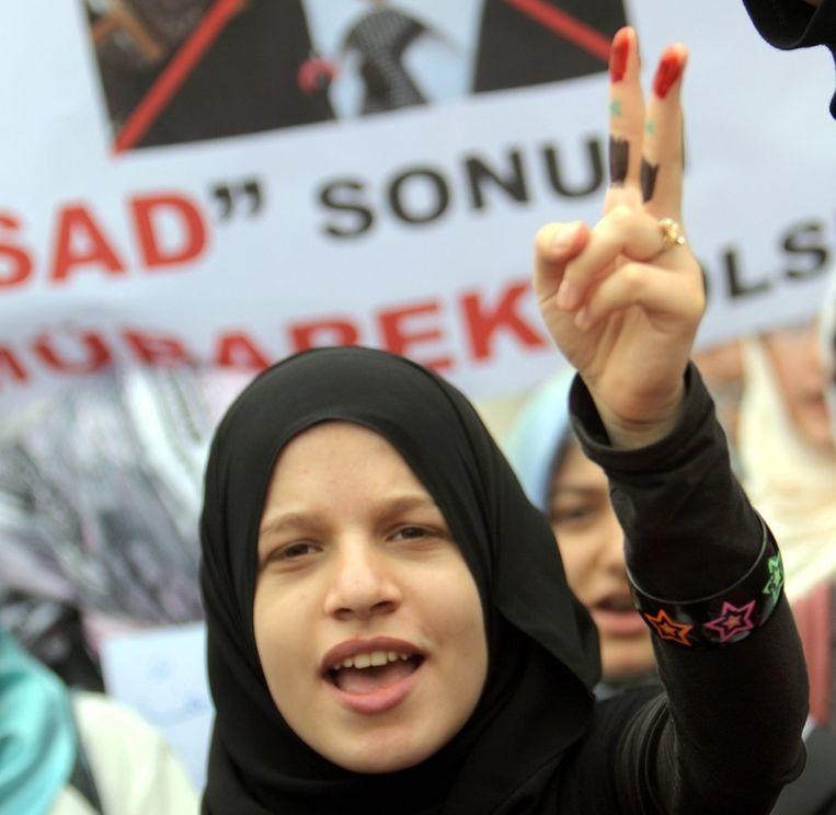 Vrijdag protesteerden Turken in eigen land tegen de repressieve acties van het leger in Syrië waarbij tenminste 6 doden vielen, voorafgaand aan geplande massabetogingen. Beeld epa