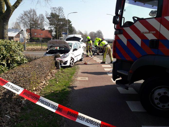 Bij een ongeval op de kruising Hoge Horst - Koningin Wilhelminaweg in Groesbeek raakten zaterdag drie mensen gewond. Beide betrokken auto's liepen zware schade op.