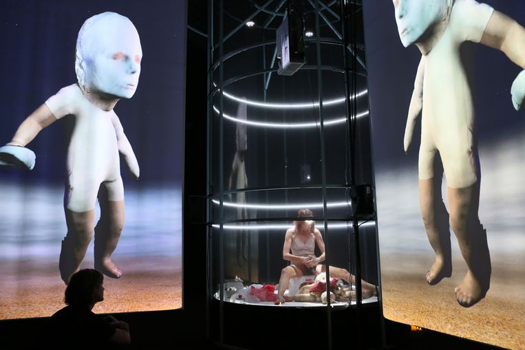 Suzan Boogaerdt in de voorstelling 'Antibodies'. Beeld Sanne Peper