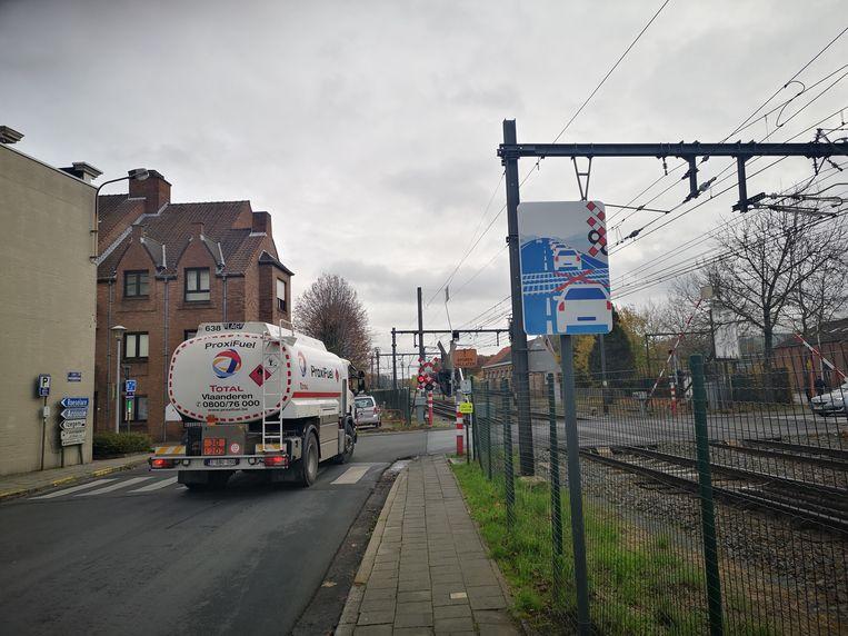 Het nieuwe waarschuwingsbord van Infrabel moet voorkomen dat wagens tijdens files op de sporen blijven staan.