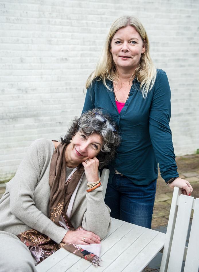 Sandra van Kolfschoten (r) en Esther Cohen maken huidhonger bij weduwen bespreekbaar.