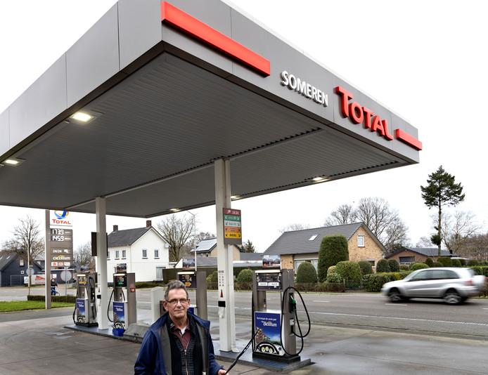 Benzineroof bij tankstation Lemmen Someren waar Huub Lemmen met de afgebroken ruitenwisser bij de pomp staat