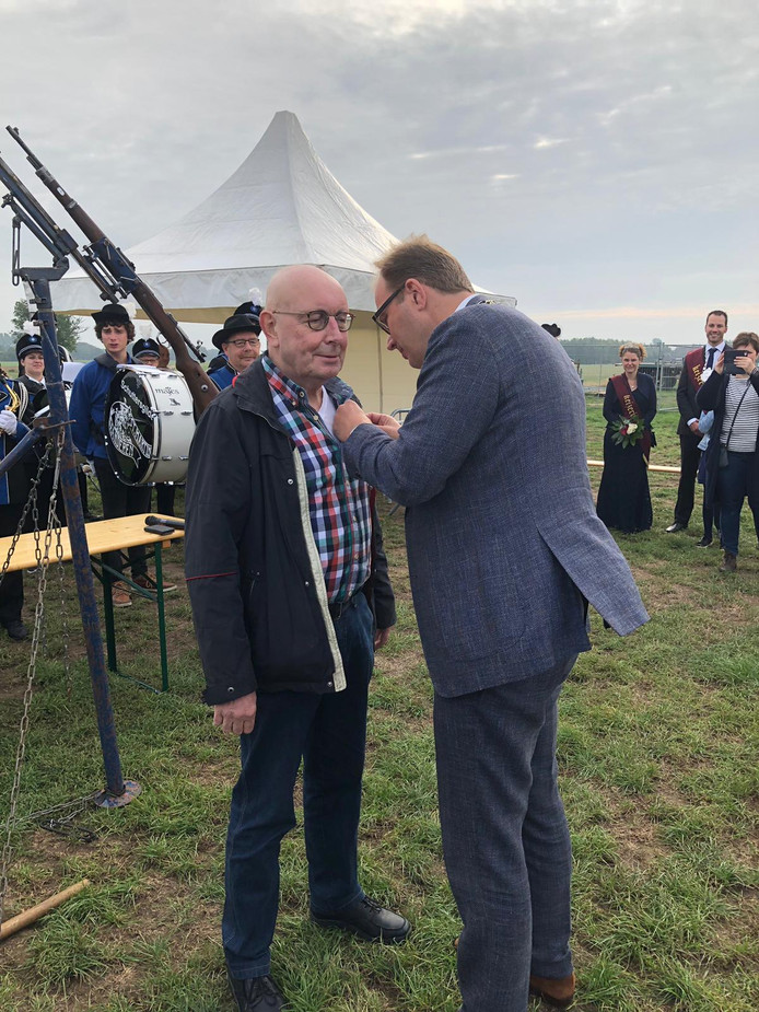Doetinchem-burgemeester Mark Boumans reikt het lintje uit aan Bennie Ernst.