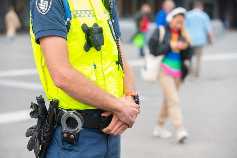 Een buitengewoon opsporingsambtenaar (boa) in Amsterdam met een bodycam. Zo'n honderd boa's hebben vorig jaar een bodycam gekregen als onderdeel van hun uniform.  Beeld ANP