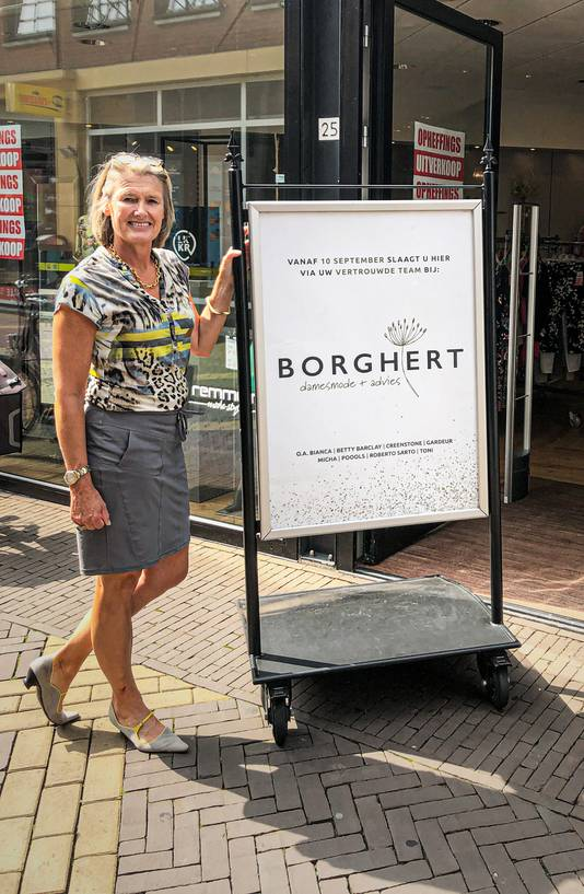 Carien Raben-Weijenborg voor de winkel in de Catharinastraat.